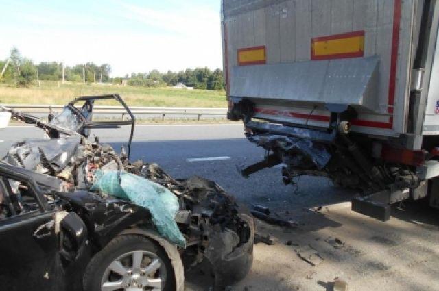 ВЧР шофёр иномарки врезался вприпаркованный наобочине грузовой автомобиль