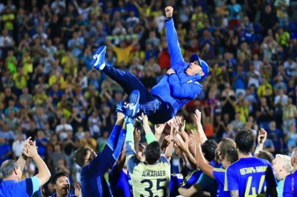 Команда качала Бекивевича, а стадион аплодировал под дружное «Спасибо!».