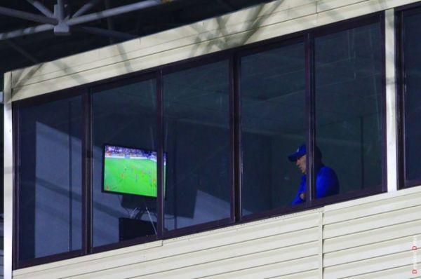 Прославленный тренер в одиночестве наблюдал за игрой своих бывших подопечных.