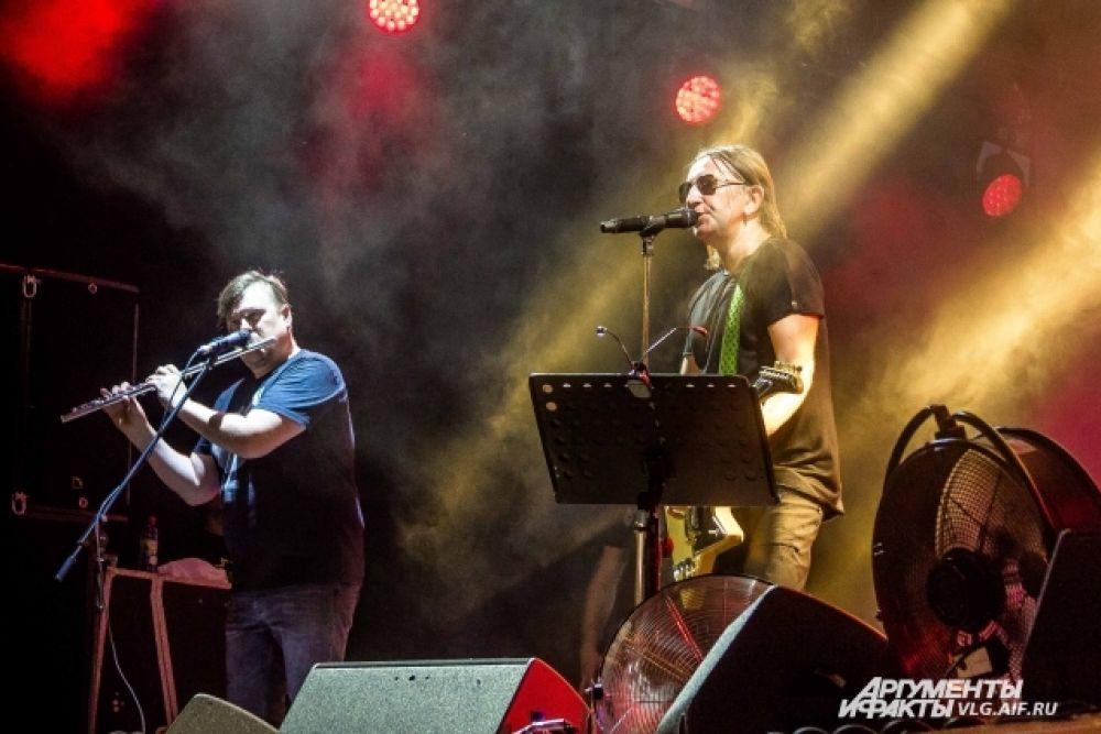 Песню «Мой рок-н-ролл» Би-2 спели вместе со зрителями.