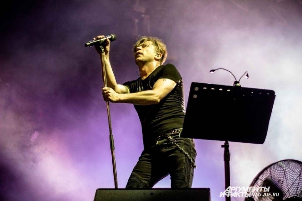 Открыли концерт музыканты песней «Зажигать».