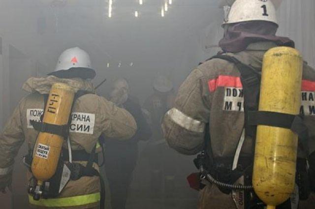 Пожарные спасли мужчину изгорящей квартиры наКраснопутиловской улице