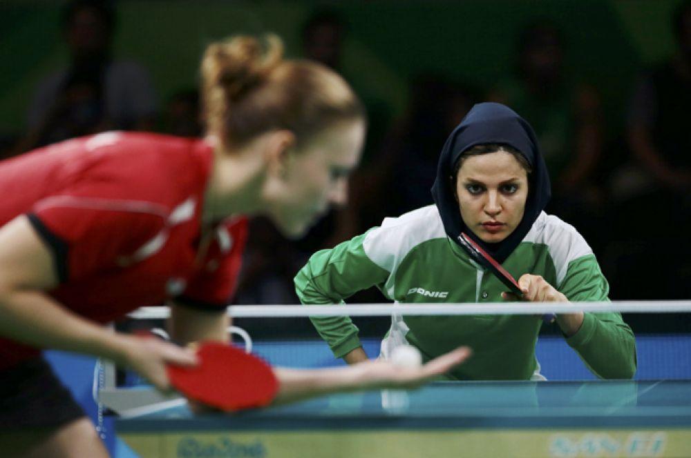 Иранская теннисистка Неда Шахсавари играет против Александры Приваловой из Беларуси.