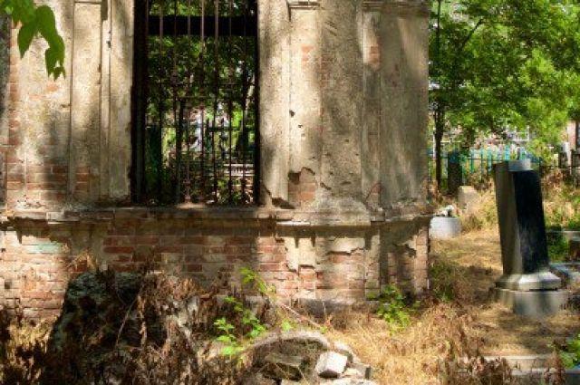 Старое кладбище Таганрога закрыто в 1971 году. С тех пор началось его активное разрушение.