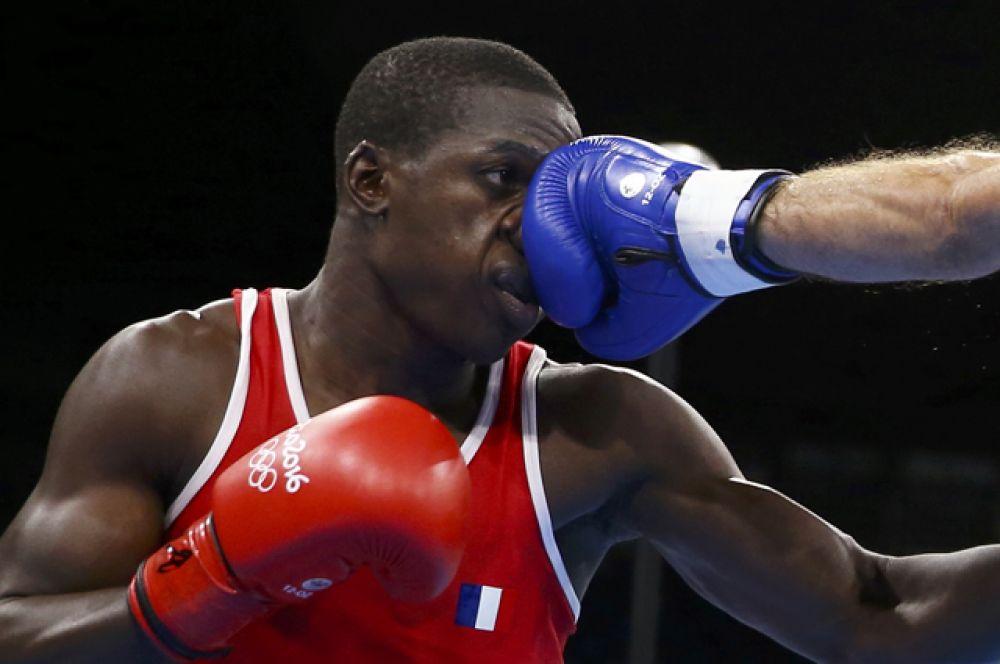 Французский боксер Сулейман Сиссоко во время боев в весовой категории до 69 килограммов.