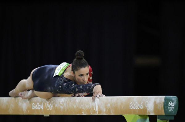 Американская гимнастка Александра Райсман выполняет упражнения на бревне в рамках квалификации.