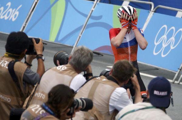 Велогонщица из Нидерландов Анна ван дер Брегген завоевала золото Олимпиады в групповой гонке.