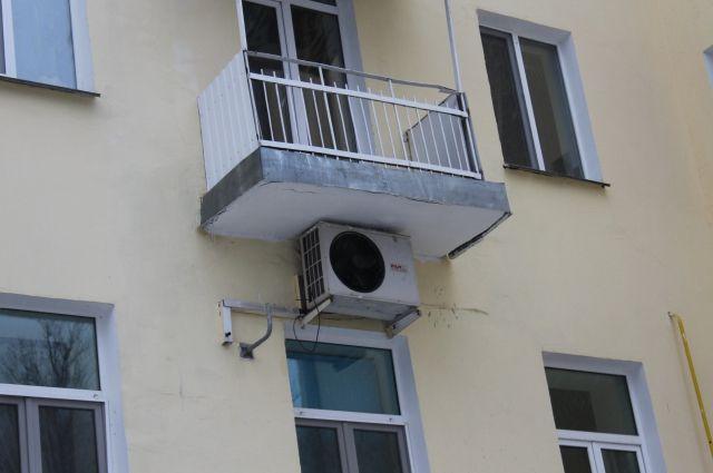 Неизвестные выбросили дворнягу сбалкона на9 этаже вМагнитогорске
