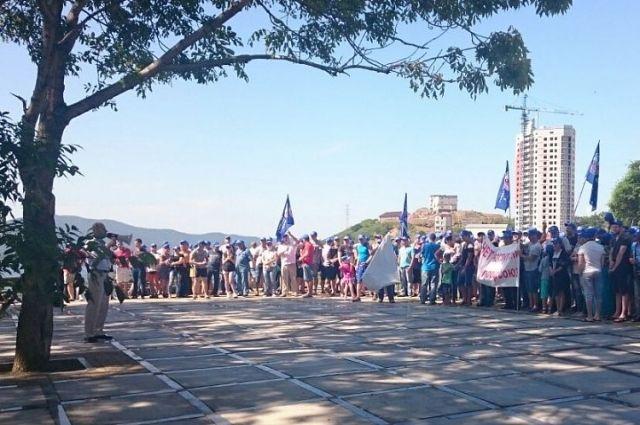 12:54 0 0  Во Владивостоке сокращают почти 60 работников портаЛюди вышли на митинг   пресс-слу