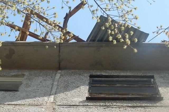 Предположительна, кусок бетона упал во время ремонт кровли дома.