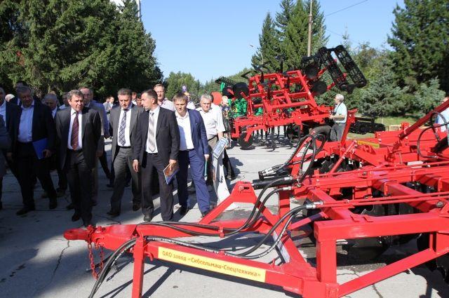 Губернатор НСО вместе с аграриями осмотрел новую технику