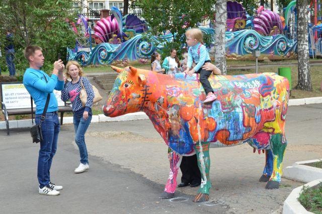 Яркие коровы радуют горожан и дарят хорошее настроение.