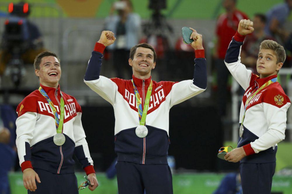 Российские гимнасты Денис Аблязин, Давид Белявский, Иван Стретович, Николай Куксенков и Никита Нагорный стали вторыми в командном первенстве, опередив китайцев.