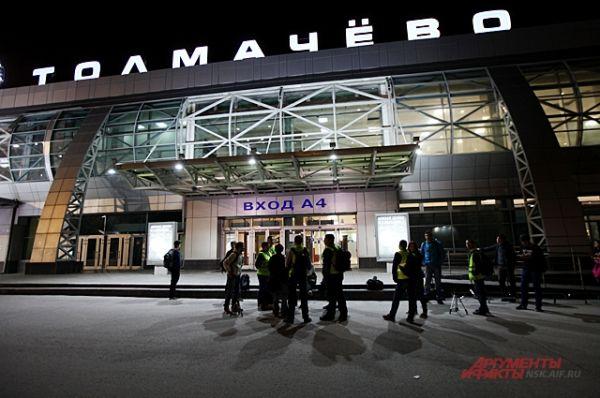 Поздно ночью споттеры собираются возле новосибирского аэропорта. Все в предвкушении охоты.