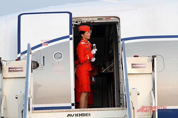 Когда борт готов к полёту, стюардессы готовятся принять пассажиров.