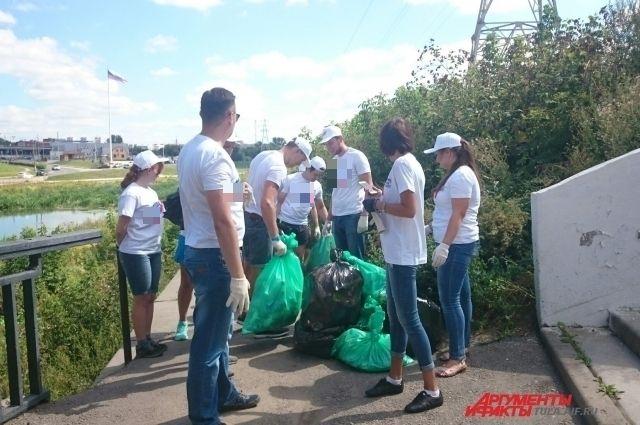 Волонтёры убирают территорию ротонды в Туле