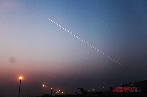 На горизонте появляются первые готовящиеся к посадке самолёты.