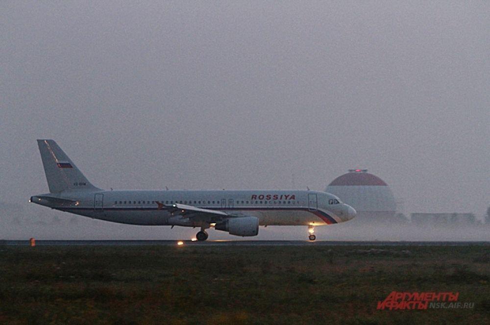 И вот в утреннем тумане садятся первые «ласточки». Стоит шум двигателя, самолёт плавно едет по полосе.