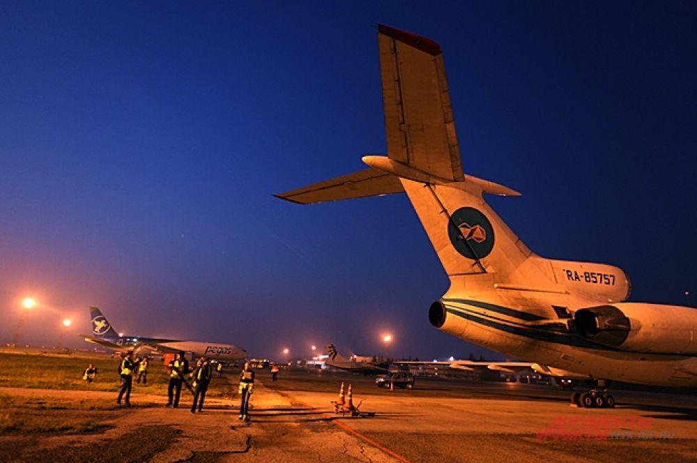 Как только на небо становится светлей все спешат от места подготовки судов к полёту к взлётным полосам.