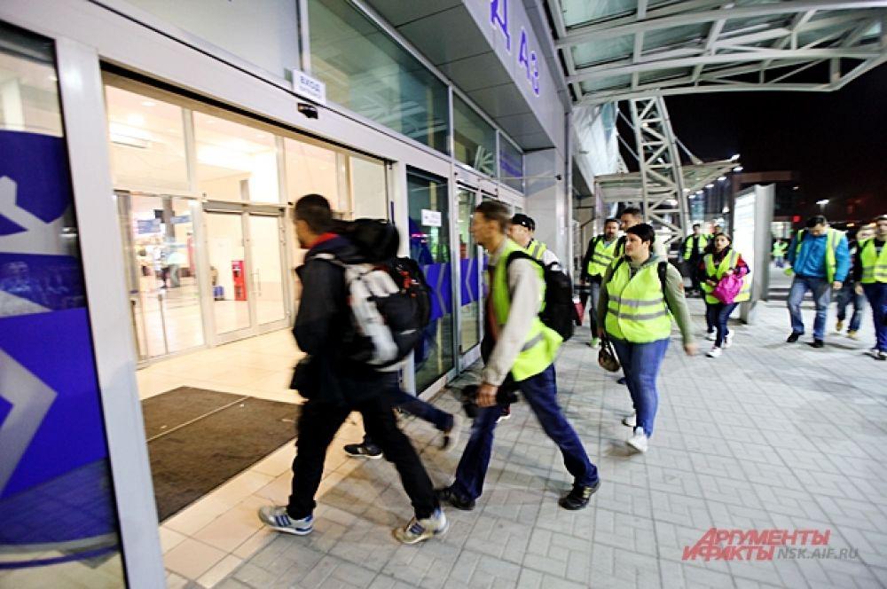 Всем участникам выдают яркие жилеты и пропускают внутрь аэропорта, а потом и на взлётную полосу.