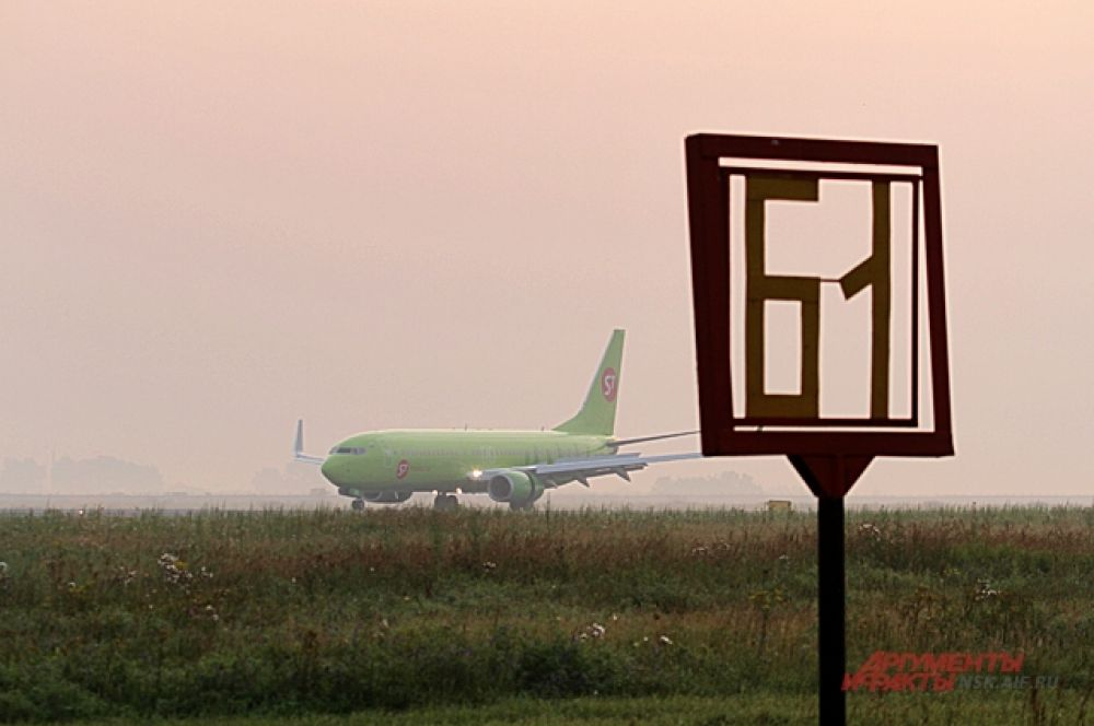 Ждать некоторые приходиться подолгу на утреннем холоде, но никто из споттеров не уходит погреться, боятся пропустить очередной самолёт.