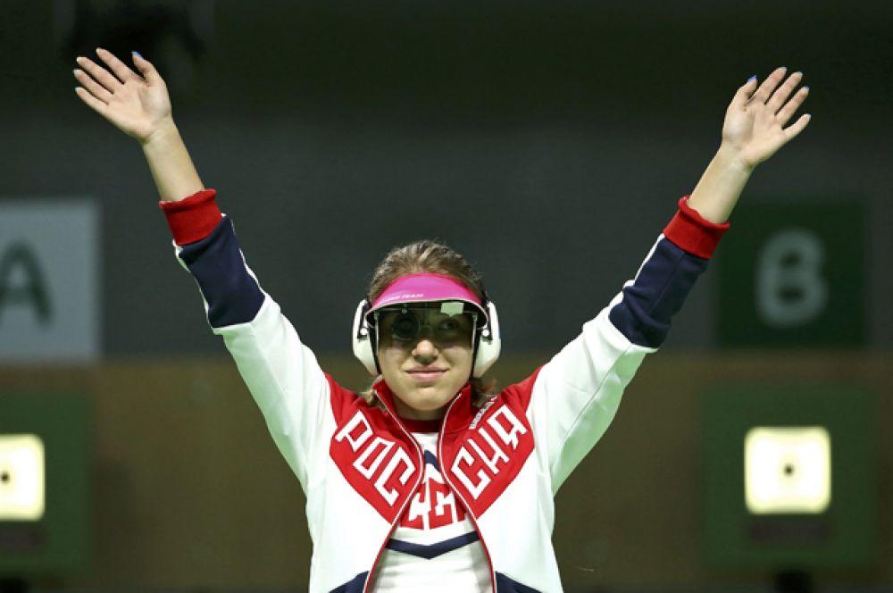 Серебряную медаль в соревнованиях по стрельбе из пневматического пистолета завоевала Виталина Бацарашкина.