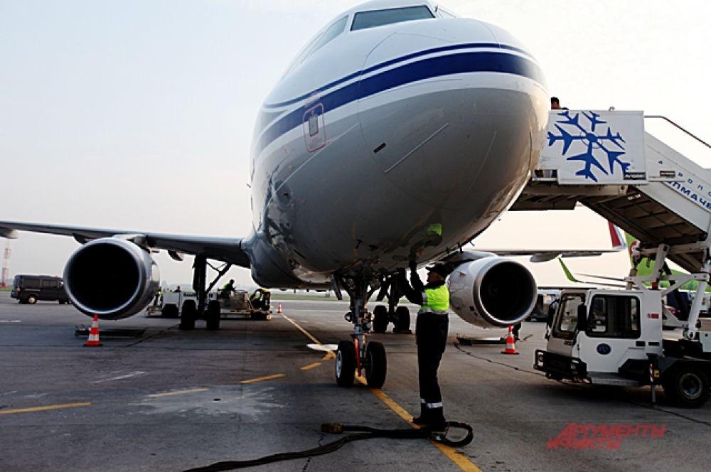 Перед полётом технику проверяют множество специалистов.
