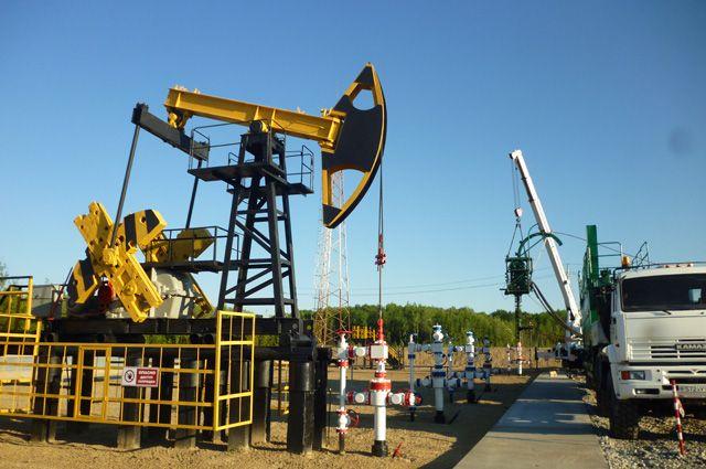 Качалки, конечно, уже в далёком прошлом, но эту на Приобском месторождении хранят как частичку истории. Здесь и посвящают в нефтяники молодых специалистов.