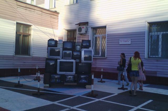 Монумент телевизору, созданный издесятков старых телеприемников, установили вЧебоксарах