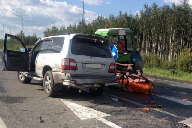 Под Нижневартовском шофёр джипа протаранил трактор «Северавтодора»