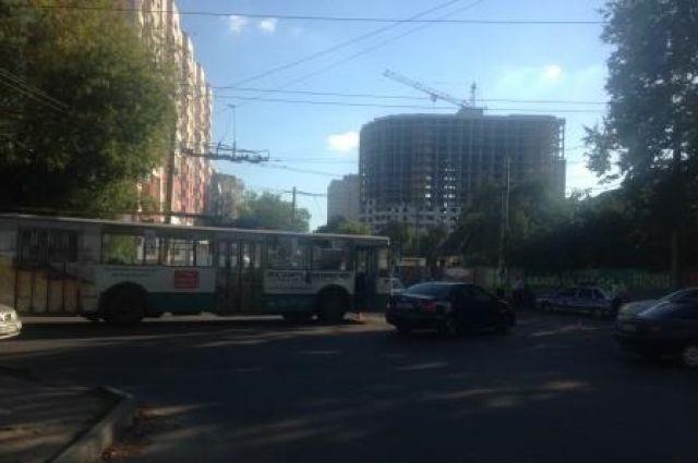ВБрянске мотоциклист при совершении обгона врезался втроллейбус