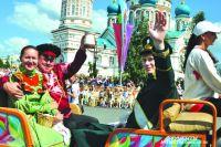 Более 10 тысяч омичей пришли на Соборную площадь , чтобы увидеть красочное действо.