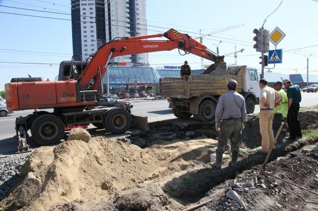На участке, где ограничили движение, идет ремонт теплотрассы