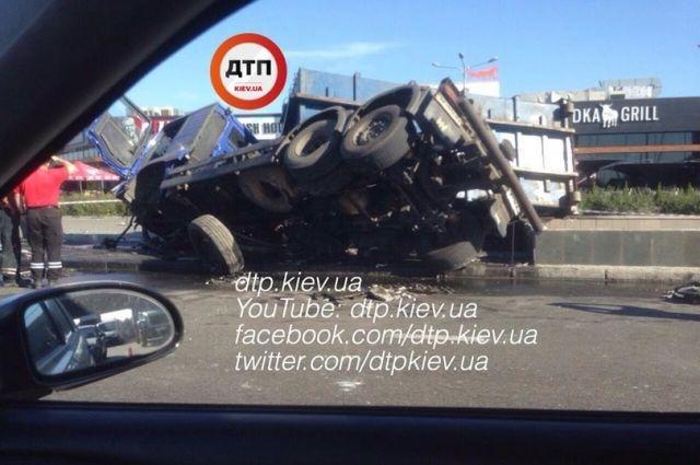 Устанции метро Осокорки случилось ДТП: перевернулась фура