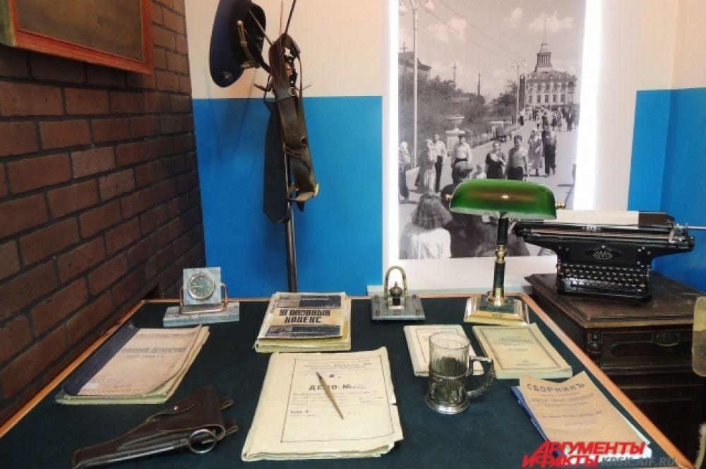 Так выглядело рабочее место дознавателей в советское время.