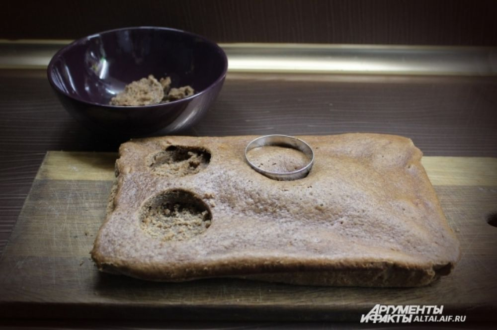 Когда корж испечется и остынет, делаем в нём отверстия при помощи вырубки. Бисквит из отверстий можно отложить, из него сделать крошку.