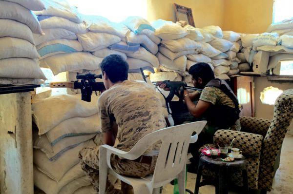 Бойцы сирийской армии на передовой позиции на юге Алеппо в Сирии.
