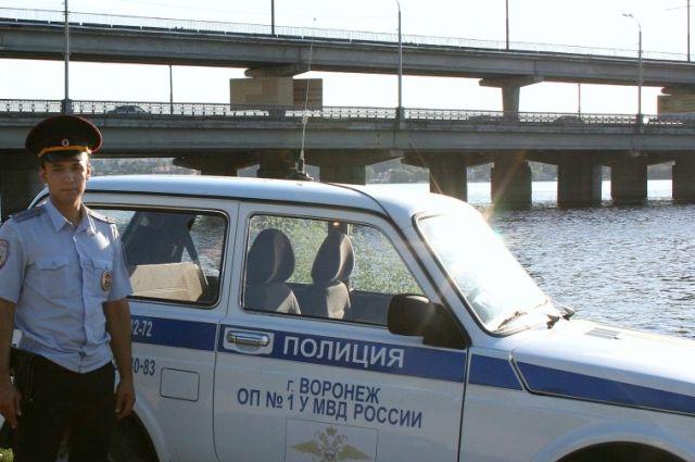ВВоронеже полицейский спас тонущего уСеверного моста купальщика