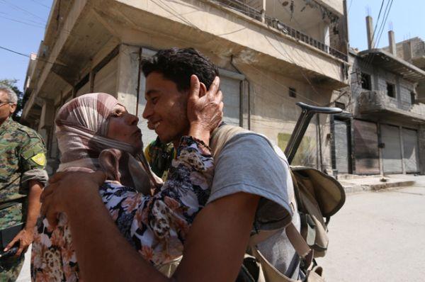 Женщины выходят на улицы и радостно приветствуют своих солдат.