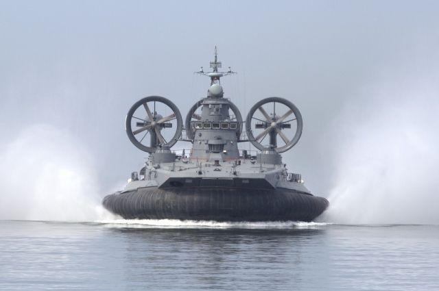 Самый большой в мире корабль на воздушной подушке высадит десант на Балтике.
