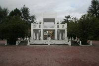 Так выглядит памятник жертвам интервенции в Мурманске. На про- шлой неделе здесь возложил цветы спикер Госдумы Сергей Нарышкин.