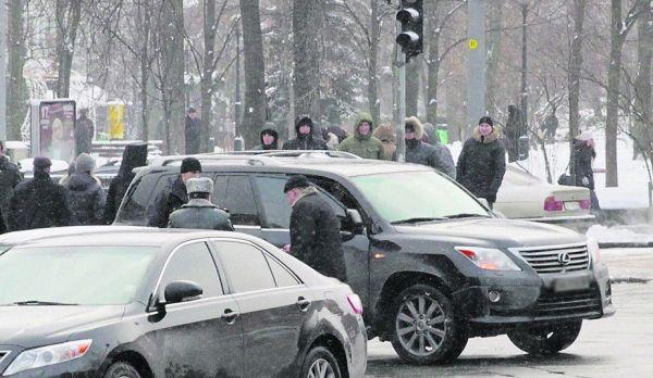 У министра обороны Степана Полторака страсть к большим машинам, поэтому он с одной большой машины пересел на другую - Lexus, стоимостью 3,6 миллиона гривен