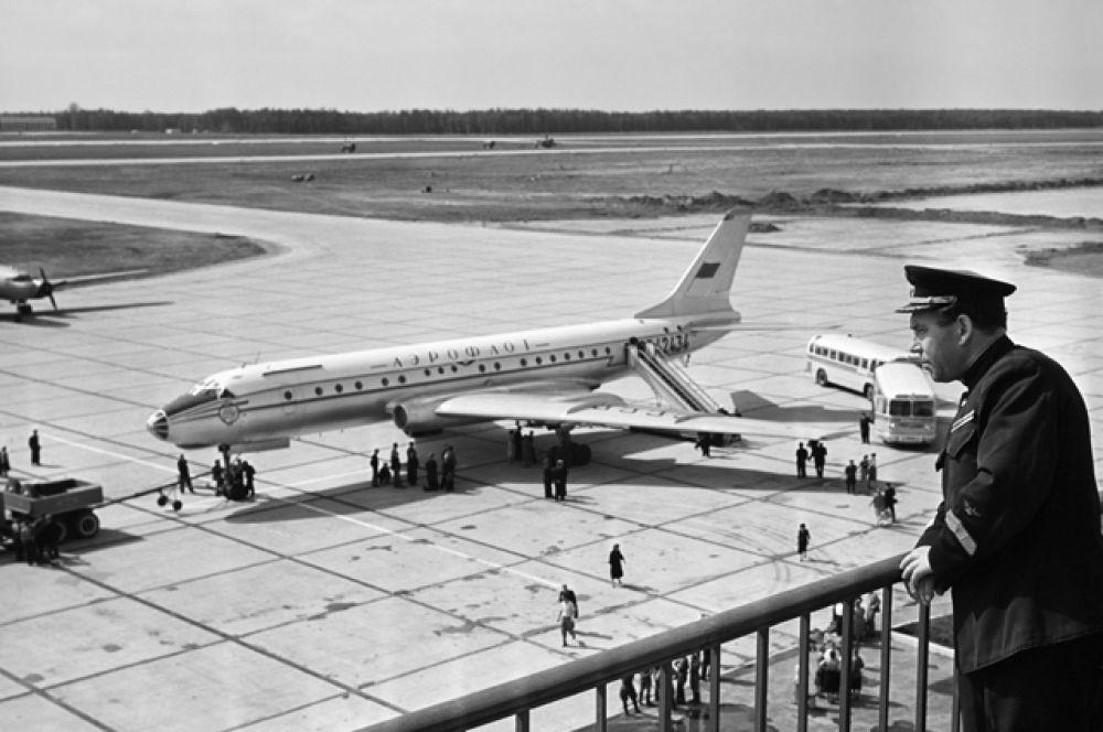 Самолет ТУ-104Б, прибывший из Ленинграда в Москву, на летном поле аэропорта Шереметьево. 1959 год.