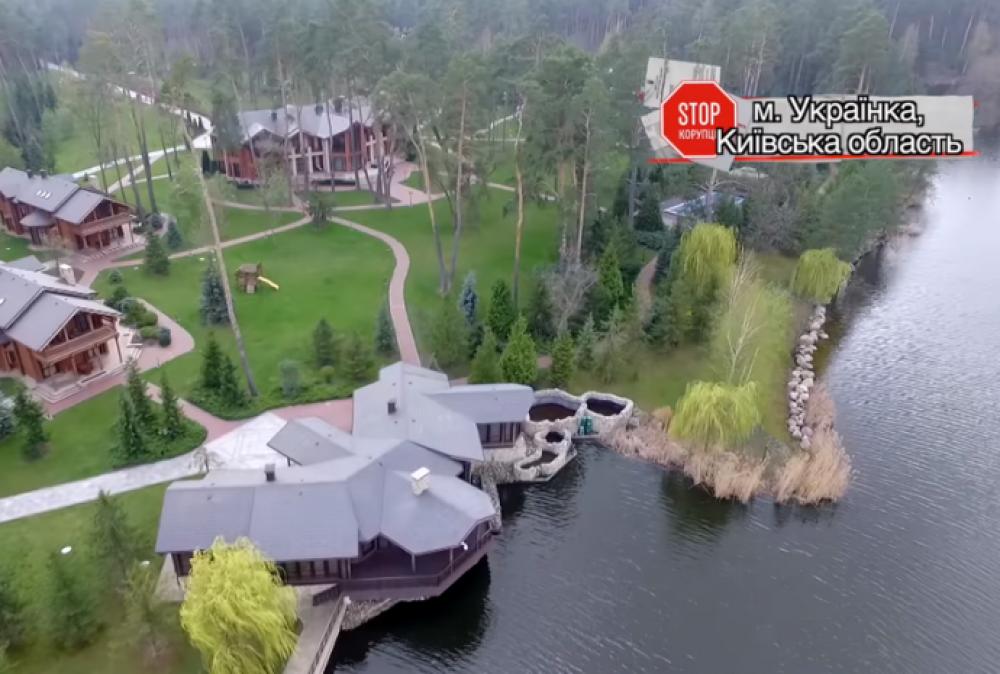 Здоровенный особняк с бассейном на площади больше 4 га в Украинке принадлежит бывшему министру инфраструктуры Борису Колесникову