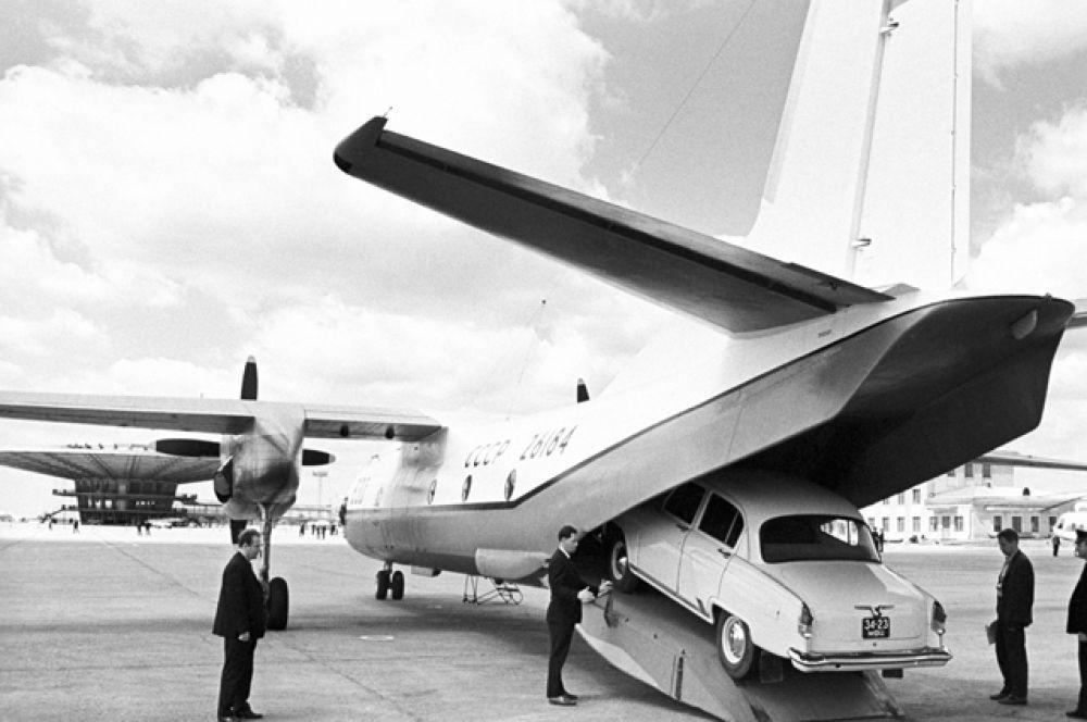 Загрузка «Волги» в самолет АН-24РТ в аэропорту Шереметьево, 1970 год.