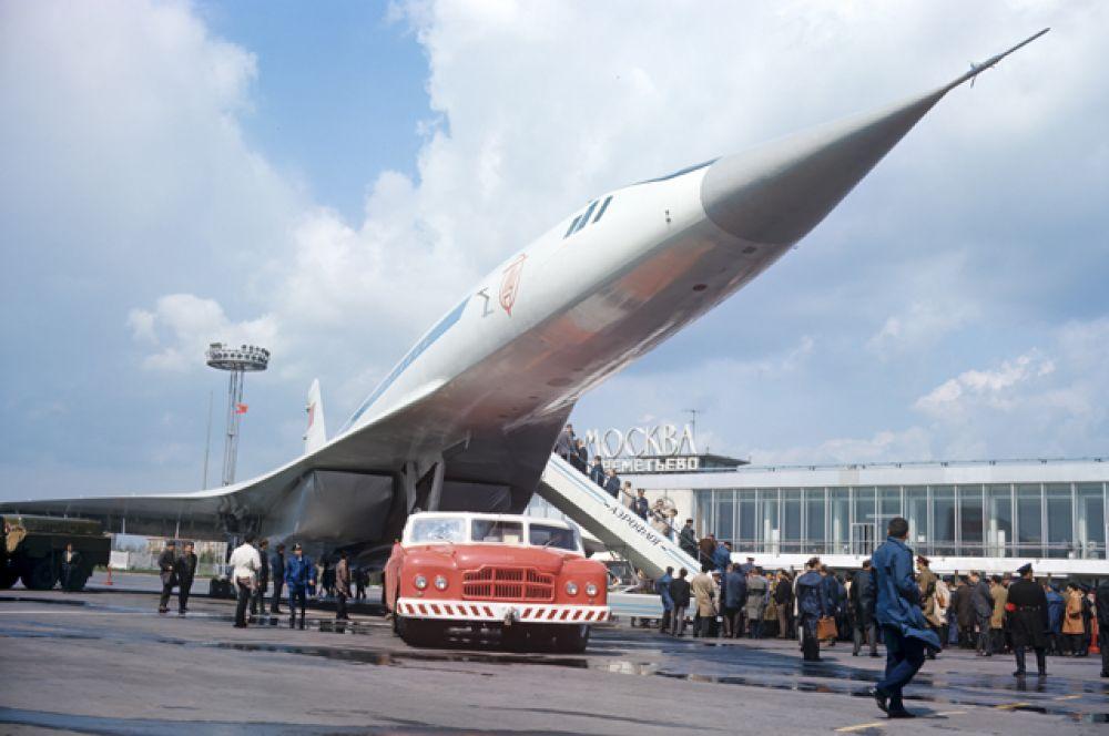 Сверхзвуковой пассажирский самолет Ту-144 в аэропорту Шереметьево. 1969 год.