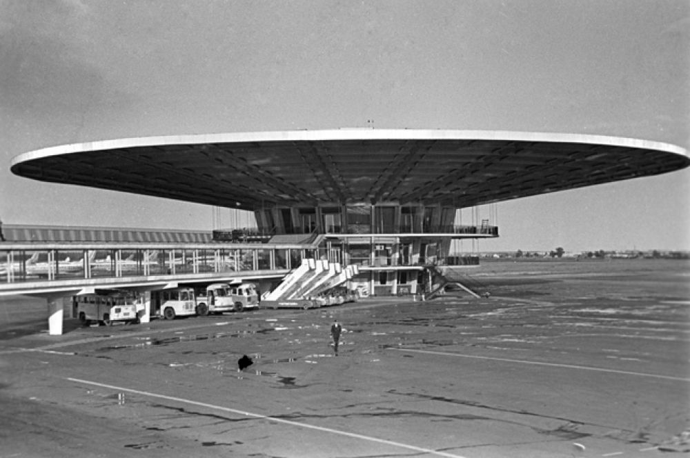 Здание аэровокзала было построено в передовом по меркам конца 50-х архитектурном стиле и по своей оригинальности стало в своё время лучшим из отечественных сооружений подобного типа. Посадочный терминал в народе получило название «рюмка». 1968 год.