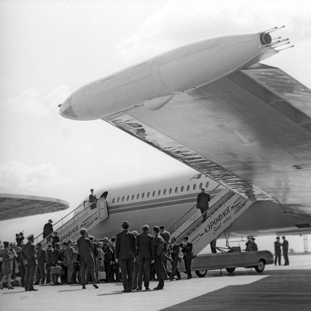 Посадка пассажиров в лайнер Ил-62, который совершит первый рейс из Москвы в Нью-Йорк. 1968 год.