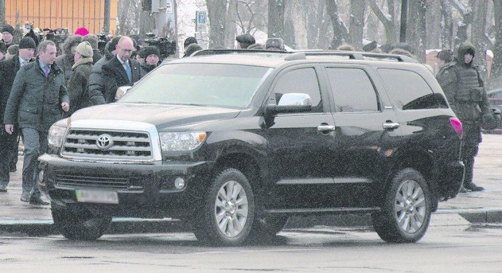 Бывший премьер-министр Арсений Яценюк тоже решил пересесть и эта огромная машина - Toyota Sequoia, которая стоит 3 миллиона гривен. А в бронированном варианте стоимость этой машины около 6,75 миллиона гривен