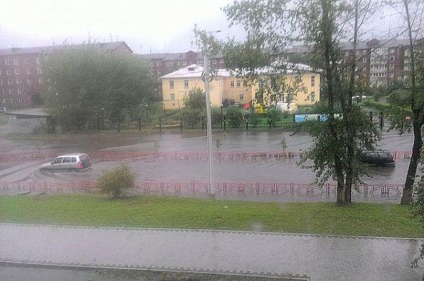 Улица Мира в Иркутске. Машинам приходится преодолевать ее «вплавь».